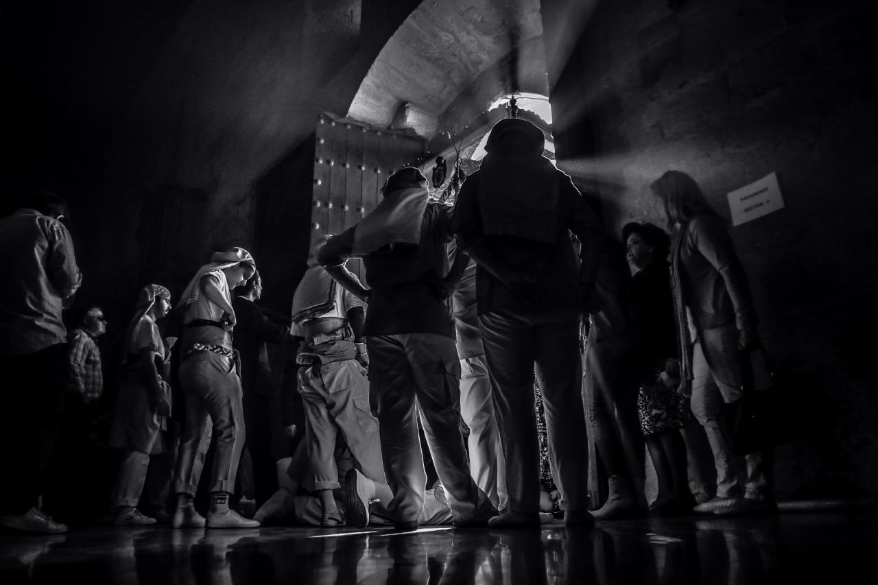 Córdoba 05-04-2015. Costaleros de la hermandad del Resucitado durante la salidad de su Iglesia de Santa Marina para realizar su estación de penitencia por las calles de Córdoba. EFE/Salas